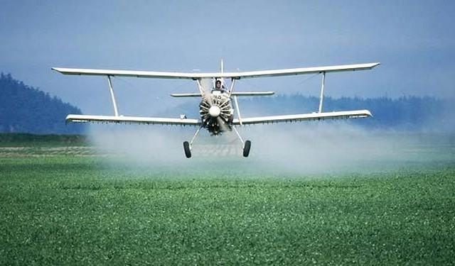 طائرة ترش جنودا إسرائيليين بالمبيدات بدل الجراد