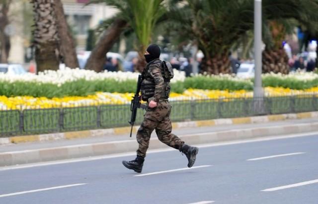 794585-un-policier-des-forces-speciales-turques-pres-du-siege-de-la-police-a-istanbul-le-1er-avril-2015