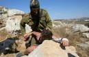 un-soldat-israelien-plaque-un-enfant-palestinien-sur-un-roch_2239042