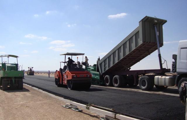أسندت وزارة التجهيز والاسكان والتهيئة الترابية موخرا أشغال بناء 11 جسرا وتدعيم 332 كلم من الطرقات الى 25 مقاولة باستثمارات جملية تناهز 212 مليون دينار.