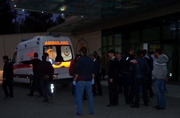 أطلق أحد العاملين في مستشفى في تركيا النار على زملائه في صيدلية إحدى المستشفيات في العاصمة التركية أنقره، مما أسفر عن مقتل ثلاثة أشخاص واصابة رابع بجراح خطيرة، بحسب وكالة دوغان للأنباء.