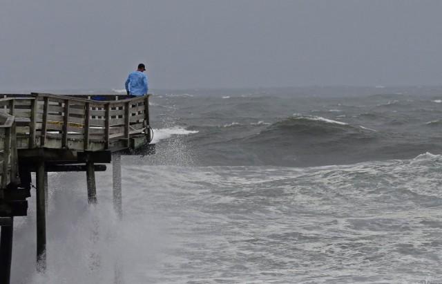 إعصار فلورنس انقطاع الكهرباء عن 100 ألف منزل ومخاوف من فيضانات كارثية