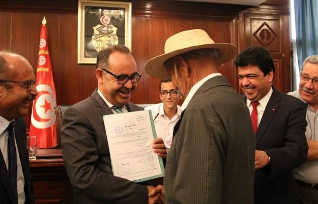 صفاقس وزير أملاك الدّولة يسلم 27 عقد كراء لعقارات الدولية فلاحية إلى مواطنين أصيلي منطقة