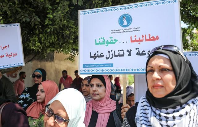 """لاجئون بغزة يحتجّون على وقف واشنطن تمويلها لوكالة """"أونروا"""""""