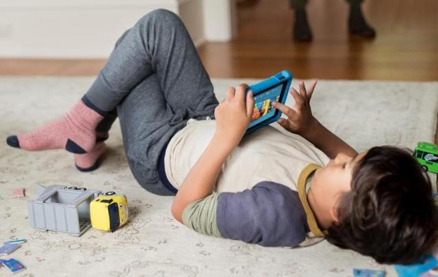أكثر من ساعتين في اليوم أمام شاشات الهواتف الذكية تعيق تطور دماغ الأطفال