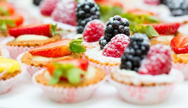 تعرف على أسباب الرغبة الشديدة في تناول الحلويات