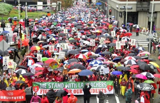 آلاف المعلمين في مدينة لوس أنجليس الأمريكية يضربون عن العمل