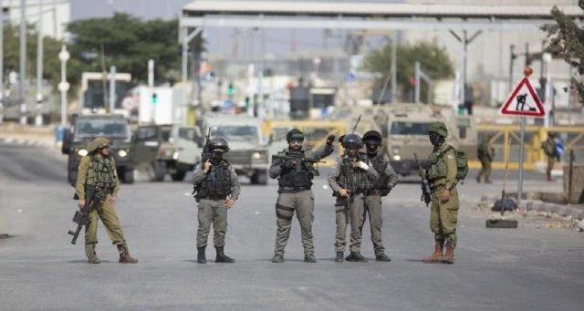 الاحتلال ينصب عدة حواجز ويكثف تواجده العسكري جنوب جنين