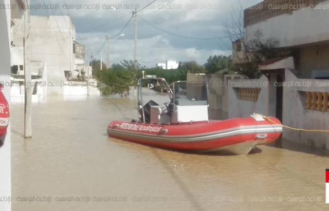 مياه مجردة تغمر عددا من المنازل بمنطقة الزغادية التيميري باحواز مدينة جندوبة و ارتفاع المياه داخل بعض المنازل تجاوز 2 متر.