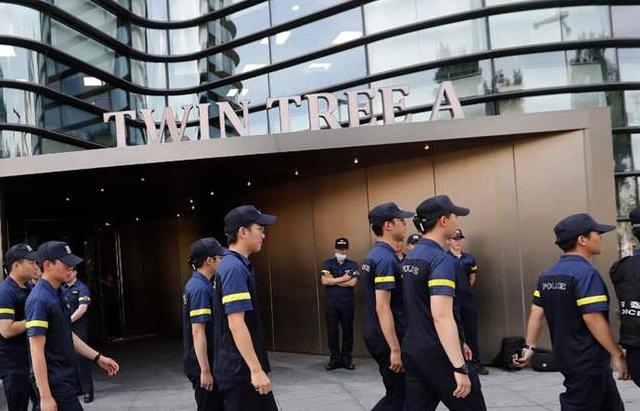 كوري جنوبي يحرق نفسه أمام السفارة اليابانية في سيول_