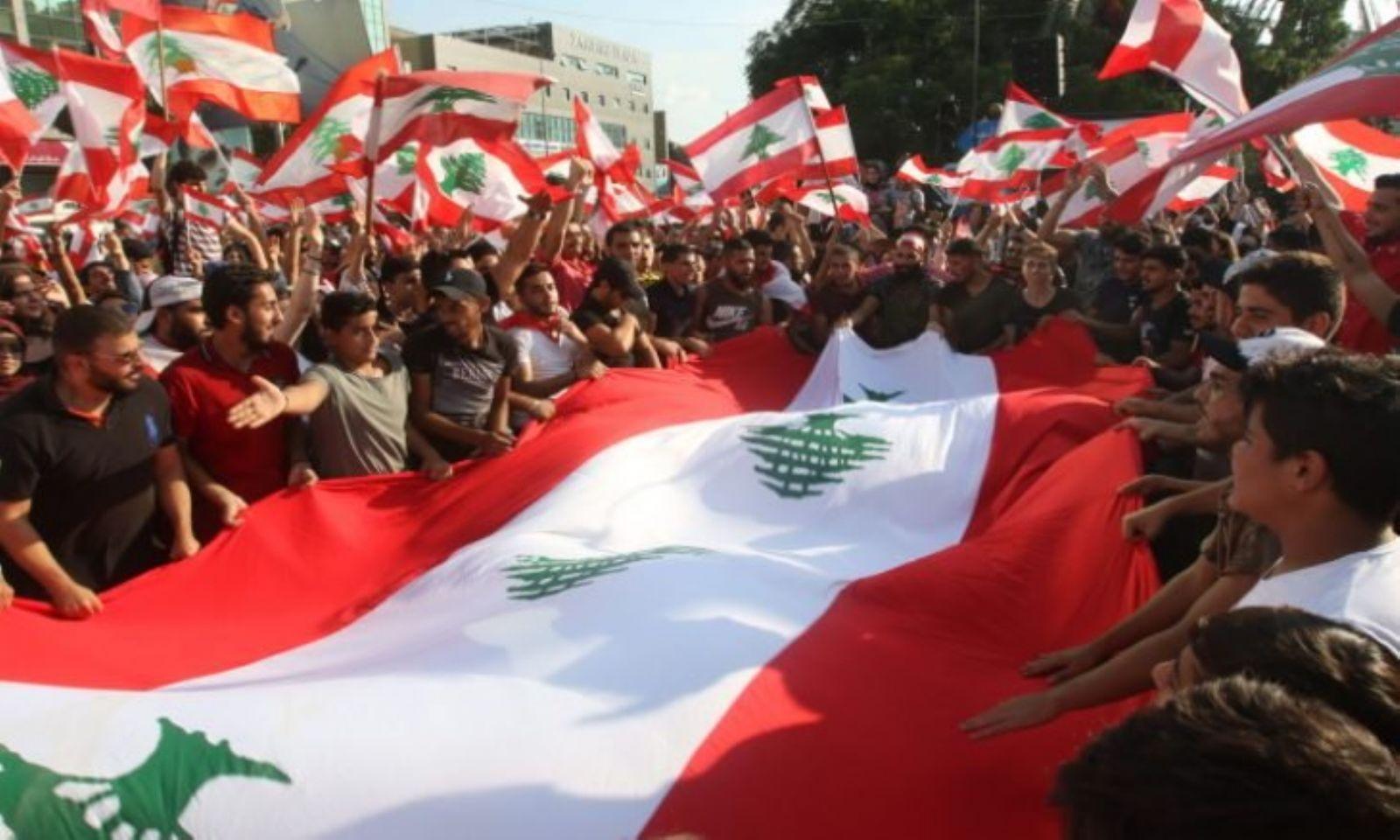 الحكومة اللبنانية تجتمع في قصر الرئاسة وسط احتجاجات