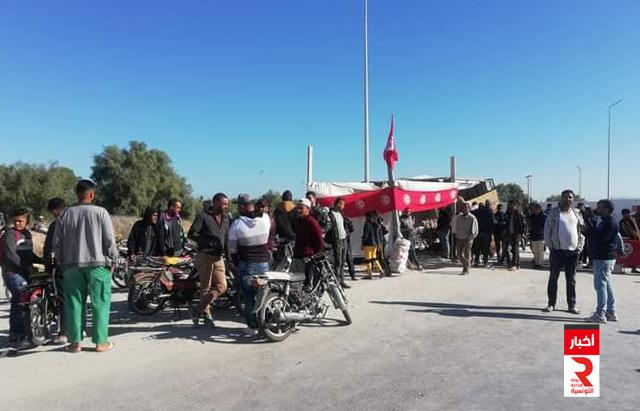 قابس اعتصام عدد من الشباب بمداخل المنطقة الصناعية